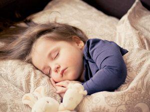 In einem Einhorn Onesie lässt sich gut schlafen