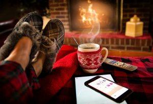 Mit einer kuscheligen Einhorn Jacke auf dem Sofa entspannen