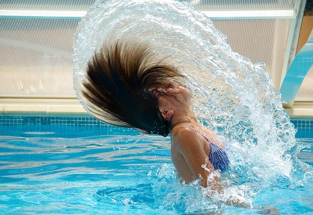 Mt dem Einhorn Schwimmtier kann man auch im Pool spielen